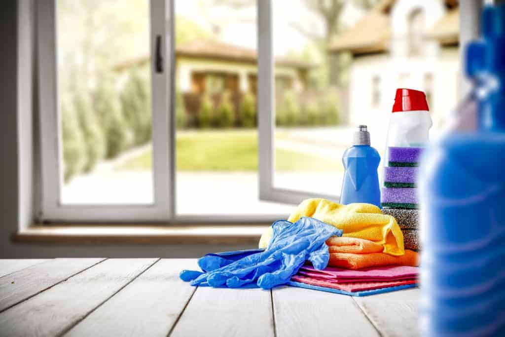 Dirty Home? The BEST Weekly Cleaning Schedule for Busy People - Time to get your home clean and tidy. This daily and weekly cleaning routine will help you take control of the mess. Even if you are a lazy cleaner, you deserve a clean home. This chore list will help you get your home under control! Get clean in 2019!